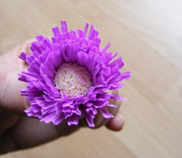 Цветы из гофробумаги своими руками (11)