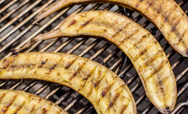 10 непривычных продуктов, которые идеально получаются на гриле: жарим бананы, огурцы и соленья