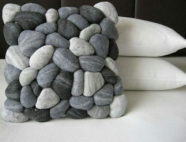 Подушки из камней, листьев и перьев