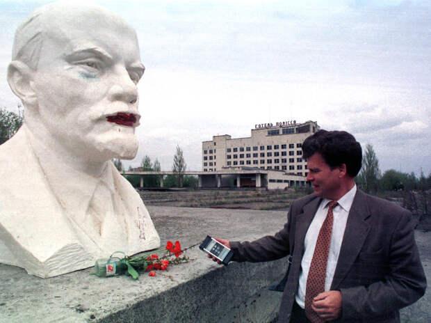 Бюст Ленина в городе Припять, Украина, недалеко от Чернобыльской атомной электростанции