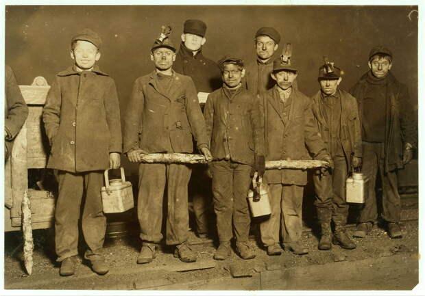 11. Конец рабочего дня. Весь день эти мальчики провели в угольной шахте на глубине 1,5 км. Пенсильвания. 1910 год. америка, дети, детский труд, история
