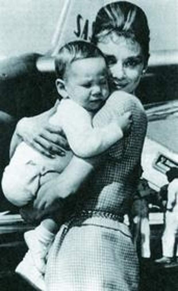 Одри со своим старшим сыном Шоном. Он родился в январе 1960 года