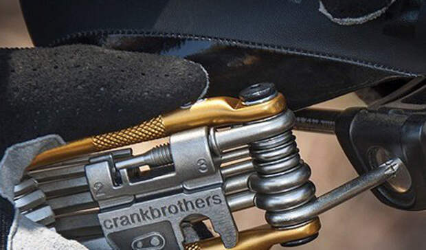 Мультитул Crank BrothersСтоимость: 1 500 рублей Велосипед — довольно простая техника. Немного сноровки и вы самостоятельно сможете починить большую часть неисправностей. Был бы инструмент под рукой. Мы рекомендуем подобрать для этих целей хороший мультитул, вроде тех, что предлагают Crank Brothers.