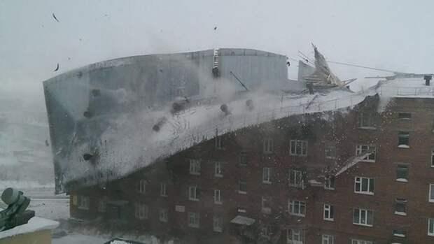Сильный ветер сорвал крышу с жилого дома в Красноярском крае
