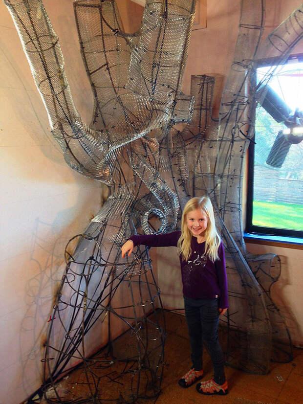Еще 50+ часов ушло на обшивку сеткой  дерево, дочь, отец, спальня