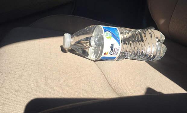 Бутылка воды в машине: почему летом ее нужно убирать