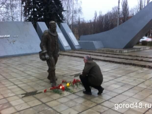 Липчане несут цветы к памятнику героям-авиаторам