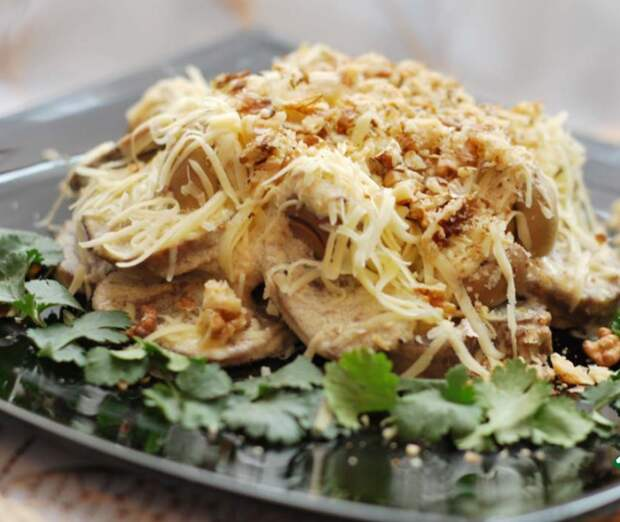 Тёплый салат с языком. \ Фото: jrati.ru.