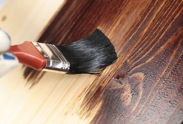 Чем и как покрасить деревянные двери