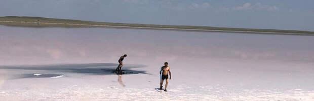 Семейная пара пробралась на озеро Кобейтуз и собирала соль и грязь
