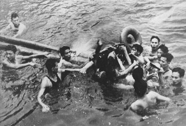 Вьетнамцы вытаскивают сбитого Джона Маккейна из озера в центре Ханоя.jpg