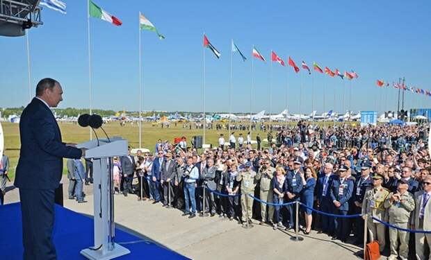 14. Владимир Путин во время выступления на открытии авиашоу.