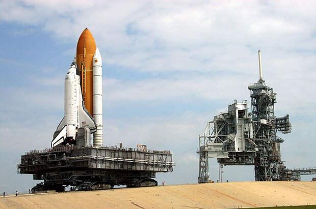 Спейс шаттл Дискавери поднимается с 5-процентной отметкой до твердой платформы Launch Pad 39B.