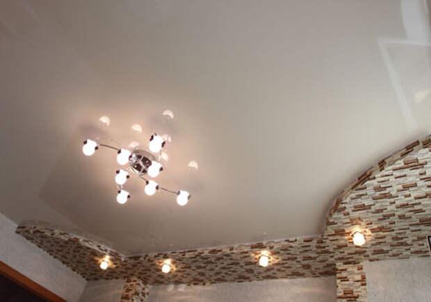 Белый глянцевый натяжной потолок: фото №3