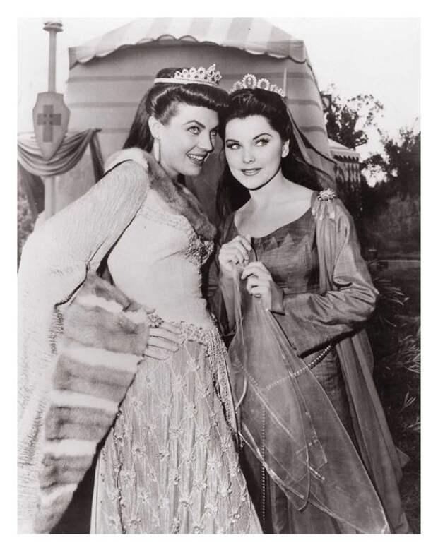 Джанет Ли и Дебра Педжит в фильме «Принц Валиант» 1954 года