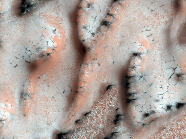 Средняя температура на Марсе — -63°C. (NASA/JPL/University of Arizona)
