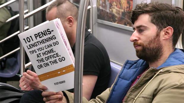 Парень использует забавные обложки для книг, чтобы посмотреть на реакцию прохожих