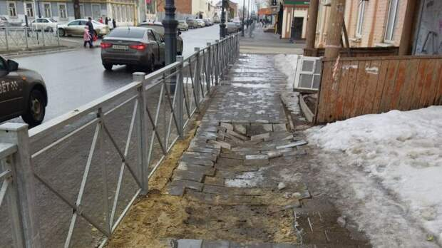 Земля уходит из-под ног: вцентре Оренбурга провалилась плитка