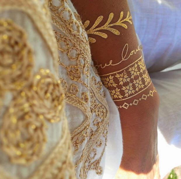 Золотистые браслеты-наклейки.