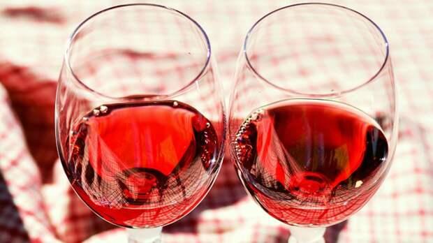 Нарколог напомнил россиянам о несовместимости алкоголя и жары