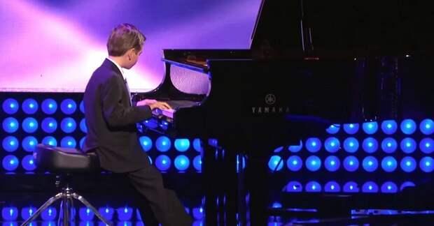 Присмотрись к рукам 9-летнего пианиста, и ты поймешь, отчего на его выступлении замолкли все!