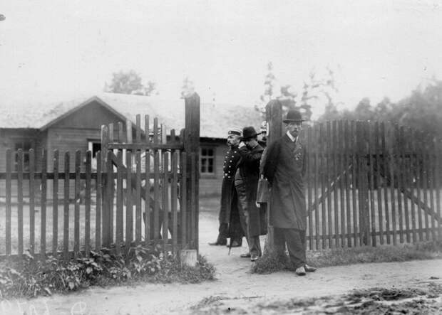 09. Члены суда и охрана у дома, где жил М.Я. Герценштейн
