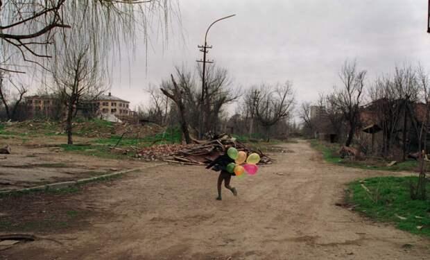 Ребёнок с шариками
