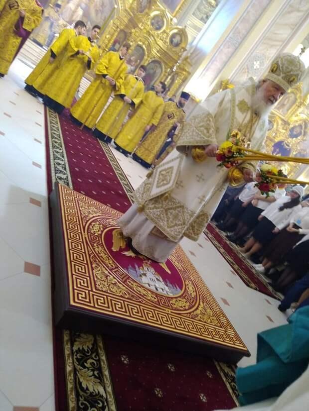 Тысячи людей пришли на освящение Ростовского собора Рождества Пресвятой Богородицы