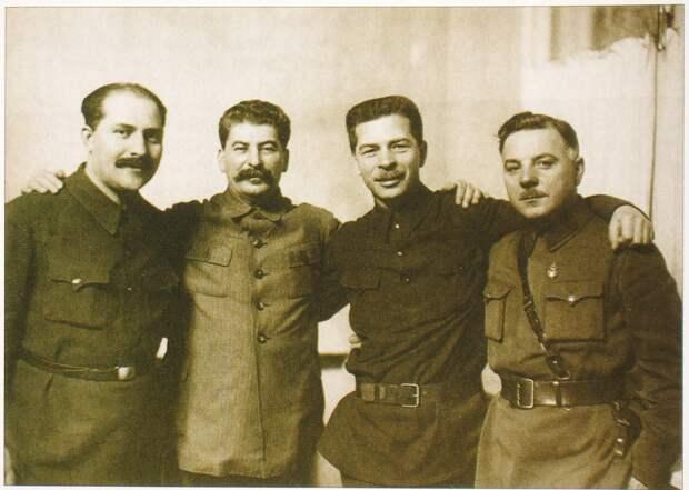 Лазарь Коганович, Сталин, Павел Постышев и Климент Ворошилов в январе 1934 г.