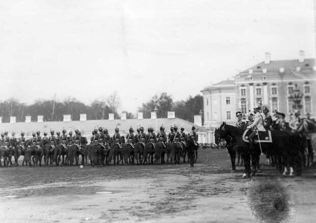 12. Лейб-гвардии Гусарский его величества полк проходит маршем мимо императора Николая II и германского принца Фридриха-Вильгельма