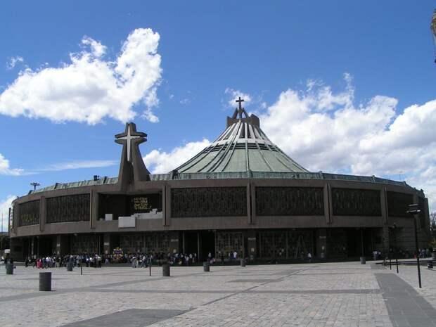 11 место. Базилика Девы Марии Гваделупской в Мексике — это самый большой храм Девы Марии в мире, который ежегодно посещают 20 миллионов человек.