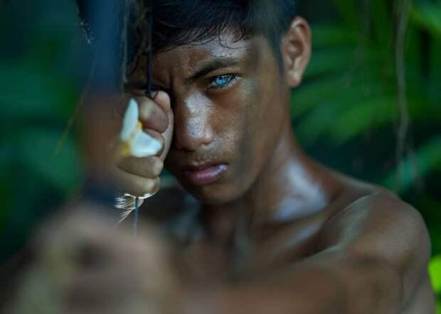 Как живёт уникальное племя бутунг — люди с «электрическими» глазами