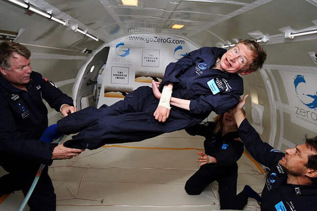 Физик Стивен Хокинг в невесомости.