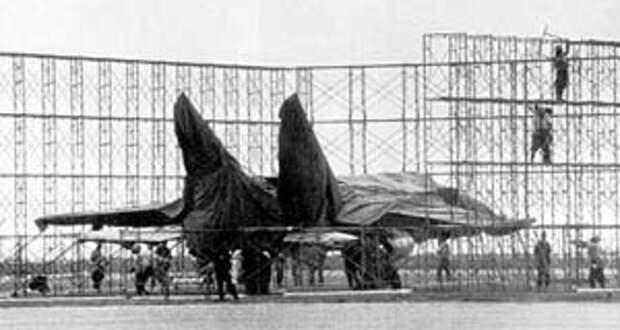 Почти сразу вокруг самолета стали строить временный ангар и с 8-го сентября самолет был полностью скрыт от посторонних глаз.