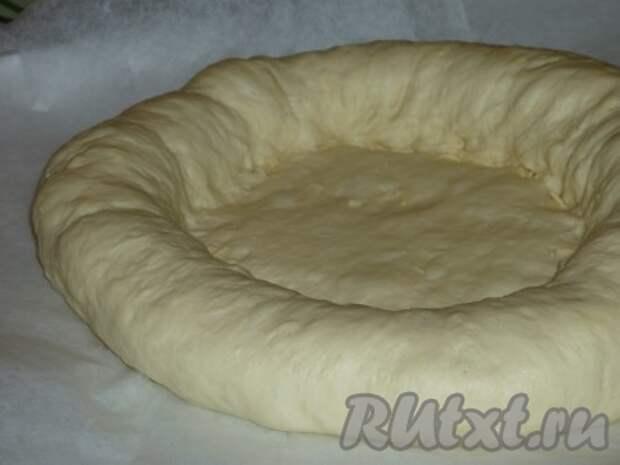 Края нашего круга заворачиваем вовнутрь так, чтобы сыр оказался внутри, и тщательно защипываем края.