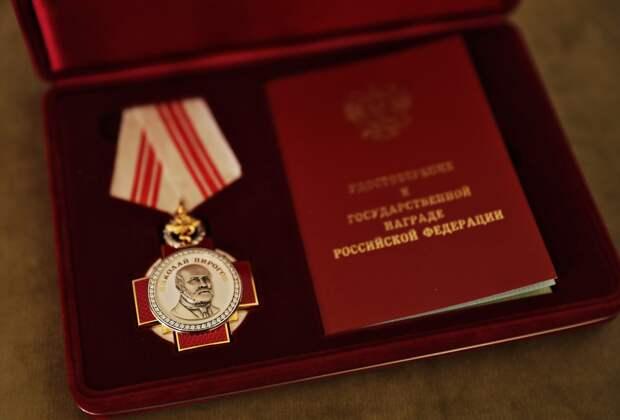 Глава Крыма наградил медиков, работающих с ковидными больными