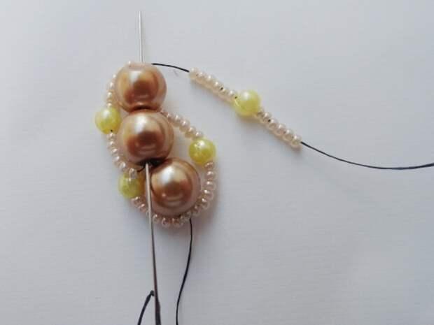Красивый браслет из бисера и бусин. Фото мастер-класс (11) (520x390, 90Kb)