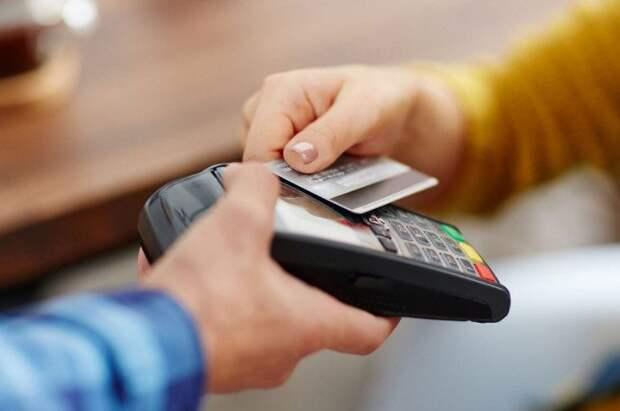 В чём опасность перевода денег за счет в ресторане на карту официанта?