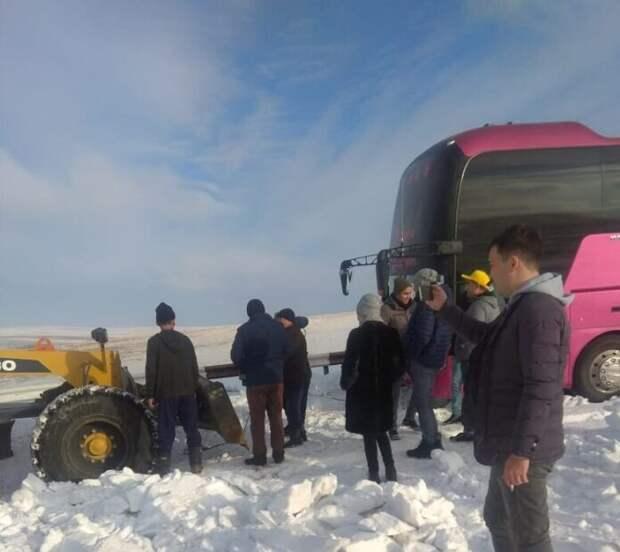 Недалеко от пещеры Ак-Мечеть застрял в снегу автобус с туристами