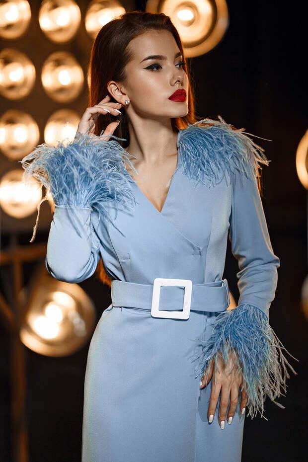 Платье с V-образным вырезом подчеркнет красоту фигуры. /Фото: street-fashion-guide.ru