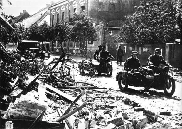 По пути следования разведгруппа уничтожала немецкую технику и мотоциклистов. /Фото: test.waralbum.ru