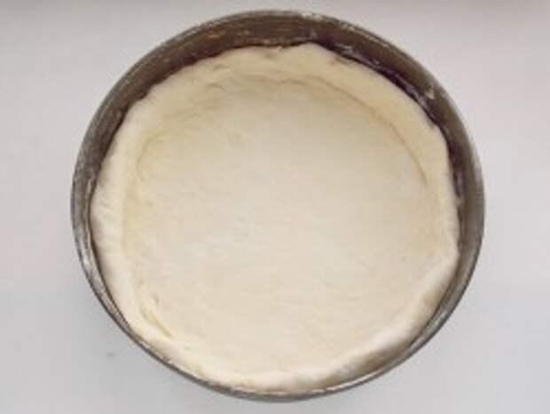 Выкладываем раскатано тесто в форму