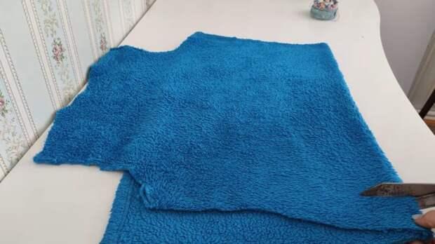 Не выбросила старый халат, а разрезала и сшила красоту для ванной комнаты