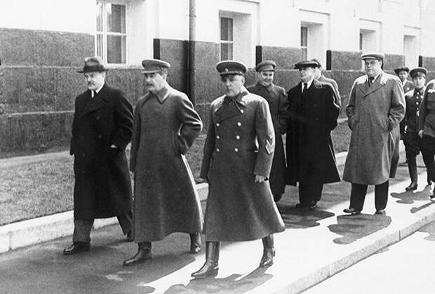 Молотов, Сталин, Ворошилов (слева направо на переднем плане), Маленков, Берия, Щербаков (слева направо во втором ряду) и другие члены правительства направляются на Красную площадь