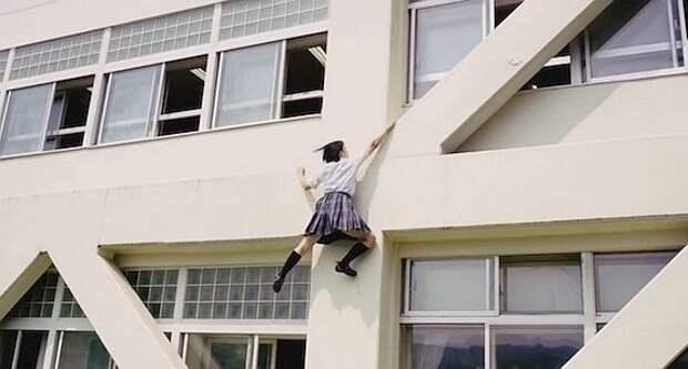 Японская школьница забралась по стене на третий этаж, чтобы не опоздать на урок