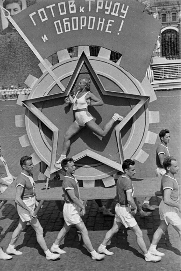 На параде. СССР, 1930-е. Фото Александра Родченко история, ретро, фото, это интересно