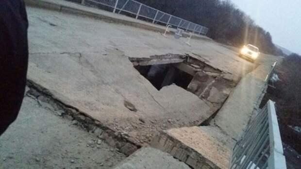 Мост в Приморье частично обрушился под груженым автосамосвалом