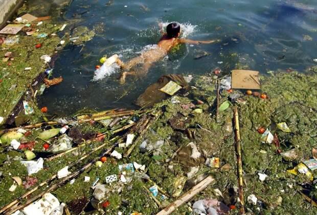11. Ребёнок плавает с мусором в загрязнённом водохранилище Пинба загрязнение, китай, экология