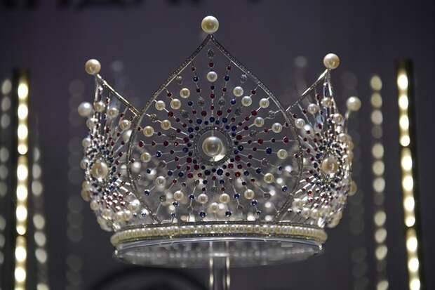 """Некрасиво: С """"Миссис Шри-Ланка"""" сорвали корону в прямом эфире, а вернули потом - без зрителей"""