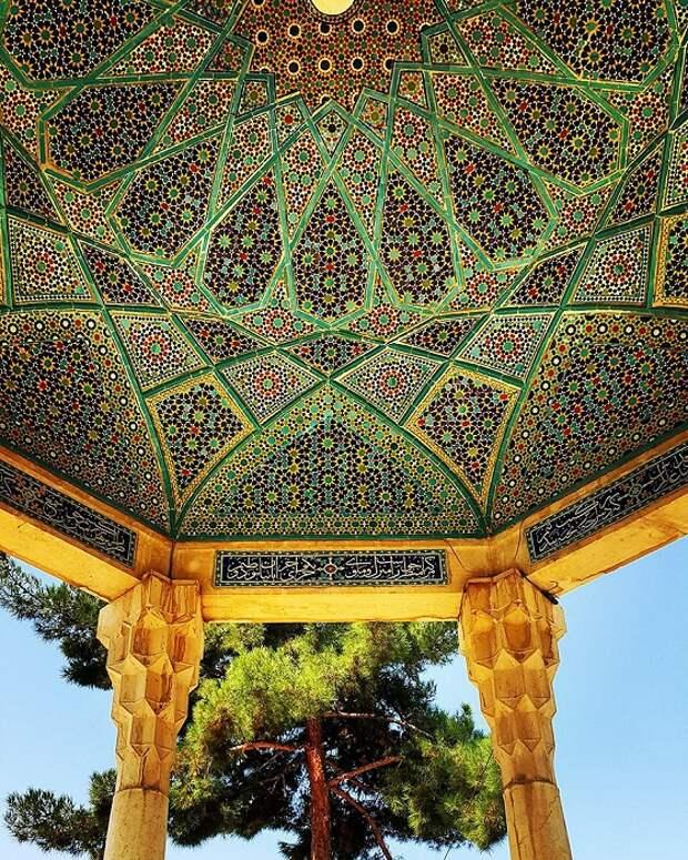 Купол мавзолея с оригинальным орнаментом.